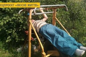 На Кіровоградщині пенсіонер займається на тренажерах, які конструює сам