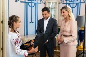 Президент з дружиною зустрілися з дівчинкою, яка врятувала дітей під час повені на Закарпатті