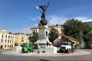 В Харькове ко Дню города моют большие памятники