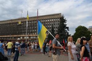 В центре Запорожья несколько тысяч людей требуют от депутатов собраться на сессию