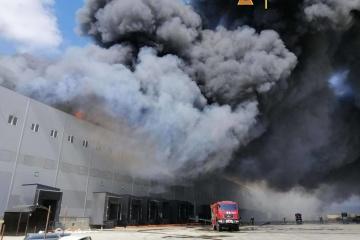 Крупный пожар на складах под Одессой: тушение осложняет ветер