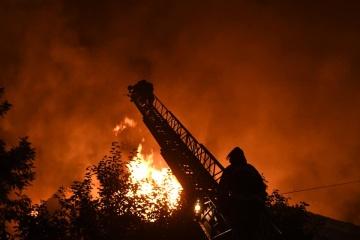 В Запорожье горит многоэтажный дом, пламя тушат полсотни спасателей
