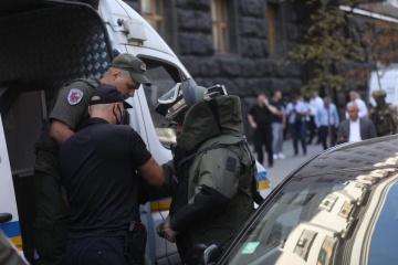 Polizei nimmt einen Mann mit Granate im Kabinettsgebäude fest