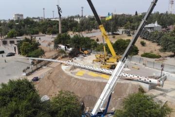 70 Meter hoher Fahnenmast fällt bei Aufstellung in Cherson um