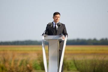 Zelensky asiste al izamiento de la bandera estatal en el centro geográfico de Ucrania