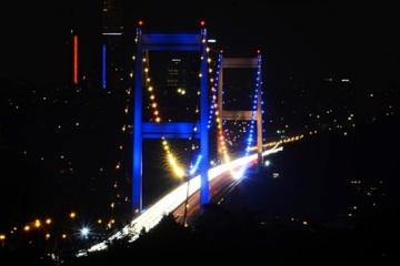 Les deux ponts d'Istanbul ont été illuminés aux couleurs du drapeau ukrainien