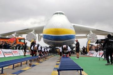 """Strongmänner rücken Flugzeug """"Mrija"""" von der Stelle und stellen Rekord der Ukraine auf"""