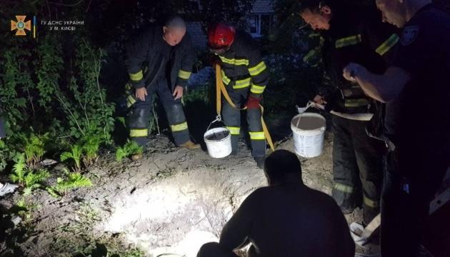 В Киеве мужчину засыпало землей на глубине 4 метра