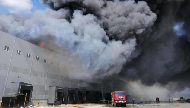 Масштабна пожежа на складах під Одесою: гасіння ускладнював вітер