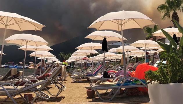 Турция эвакуирует людей из отелей и с пляжей, задержали подозреваемого в поджоге
