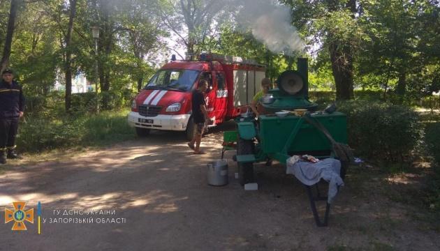 У Бердянську знеструмлені дві дитячі оздоровниці, їжу готують на польовій кухні