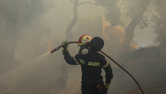 На заході Греції вирує лісова пожежа: шістнадцятеро поранених