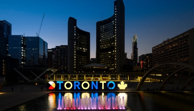 У Канаді знак Торонто підсвітили у синьо-жовті кольори