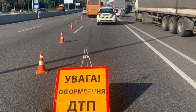 На Одеській трасі під Києвом автобус зіткнувся з вантажівкою, є постраждалі