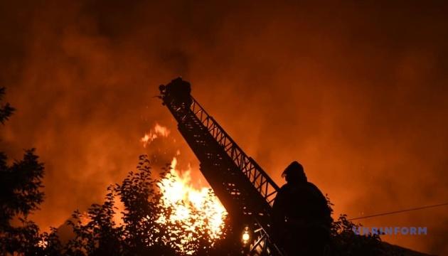 У Запоріжжі горить багатоповерховий будинок, полум'я гасять півсотні рятувальників