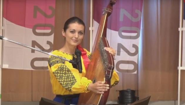 ウクライナのバンドゥーラ奏者グジーさんが東京都庁のイベントで演奏