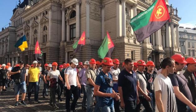 Під стінами Львівської ОДА страйкують шахтарі, яким заборгували майже 300 мільйонів