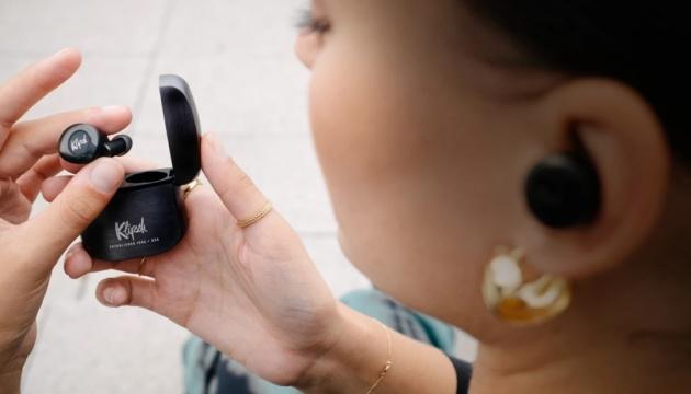 Появились наушники, позволяющие принимать звонки кивком головы