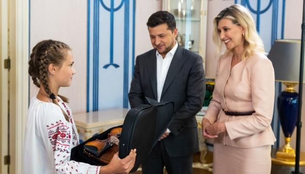 Президент с супругой встретились с девочкой, спасшей детей во время наводнения в Закарпатье