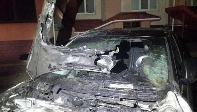 У Рівному невідомі спалили авто депутату