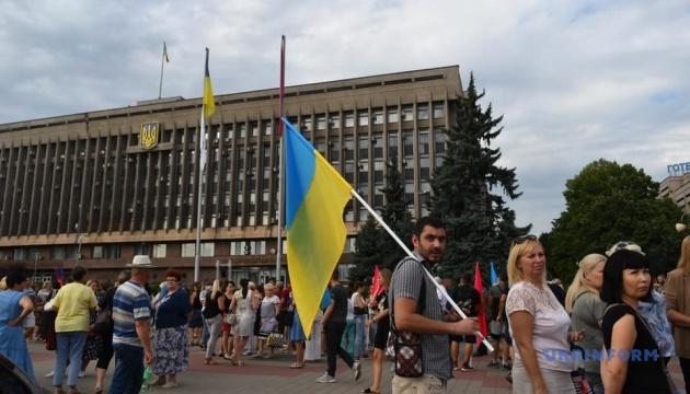 У центрі Запоріжжя кілька тисяч людей вимагають від депутатів зібратися на сесію