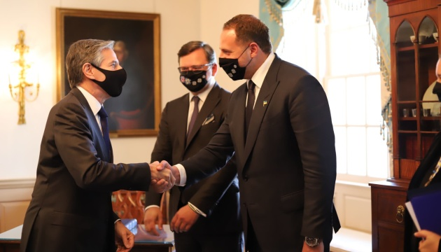 Kuleba y Yermak se reúnen con el secretario de Estado estadounidense
