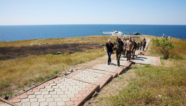 Zelensky verifica la preparación de los militares para defender la isla de Zmiyiny