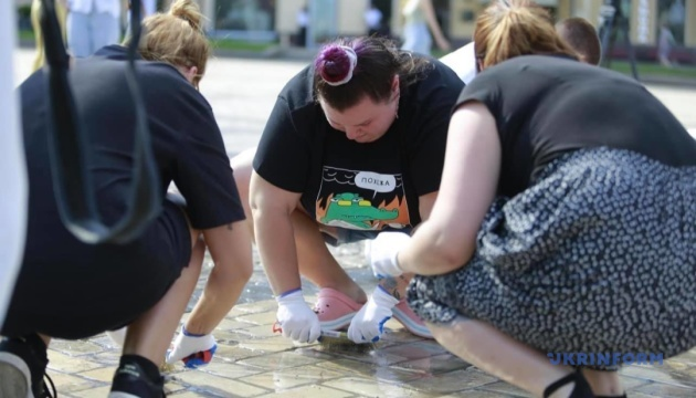 歌手アリョーナ・アリョーナ、ソフィア広場のドリフト走行跡洗浄に参加
