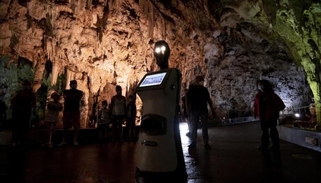У грецькій печері екскурсії туристам проводить робот