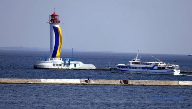 На головному маяку Одеси розгорнули прапор України