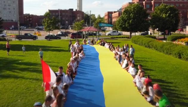 Les Ukrainiens qui vivent dans les différents pays du monde ont célébré la Journée du drapeau de l'Ukraine