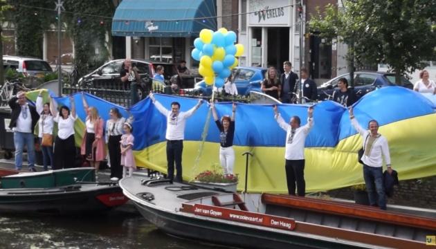 Українці в Нідерландах з нагоди Дня Незалежності влаштували заплив каналами Гааги