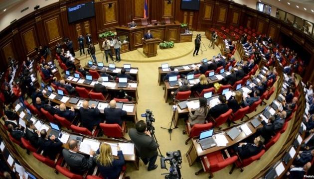 Armenien: Parlamentarier bewerfen einander mit Wasserflaschen