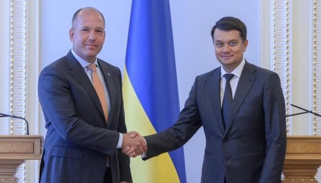 Razumkov trata con el CMU la labor en el marco de la Plataforma de Crimea y la atracción de inversiones