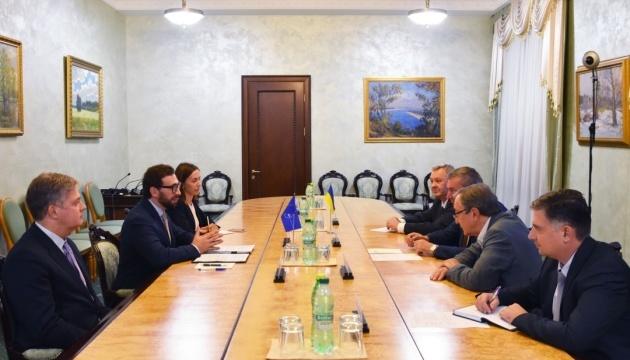 Uruskyj und Leiter der NATO-Delegation erörtern Reform der Rüstungsindustrie