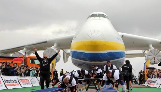 ウクライナの8人の怪力、世界最大の輸送機「ムリーヤ」を約4メートル動かす