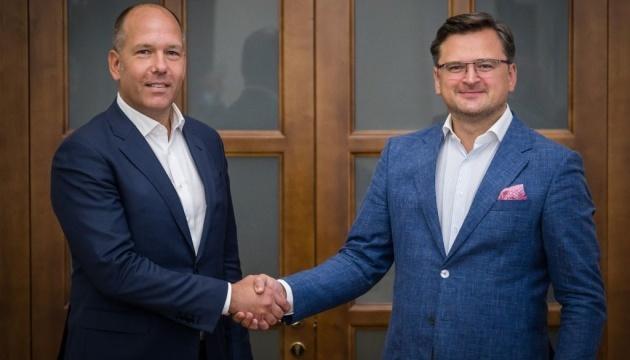 Kuleba y el presidente del CMU discuten el fortalecimiento de la interacción entre el Estado y los ucranianos en el extranjero