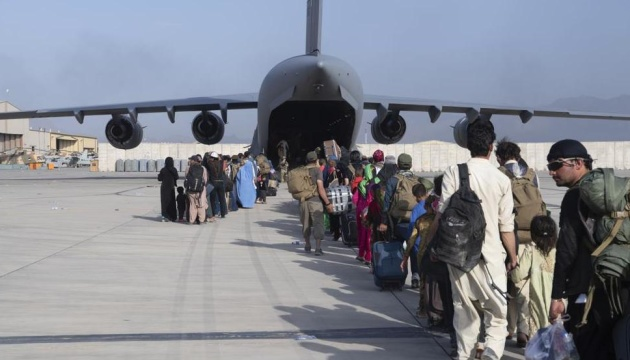 США й союзники евакуювали з Афганістану вже 122 тисячі осіб
