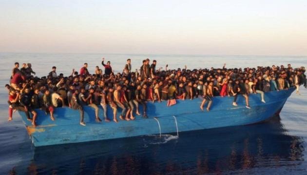 Біля італійського острова з одного човна зняли понад 500 мігрантів