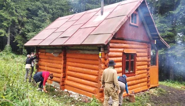 В Карпатах активисты восстановили туристический приют под горой Грофа
