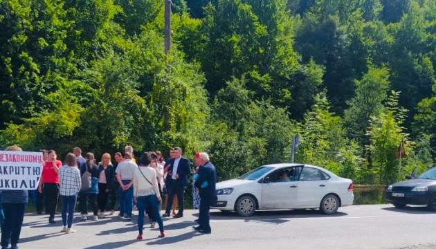 На Прикарпатье люди заблокировали дорогу из-за закрытия гимназии
