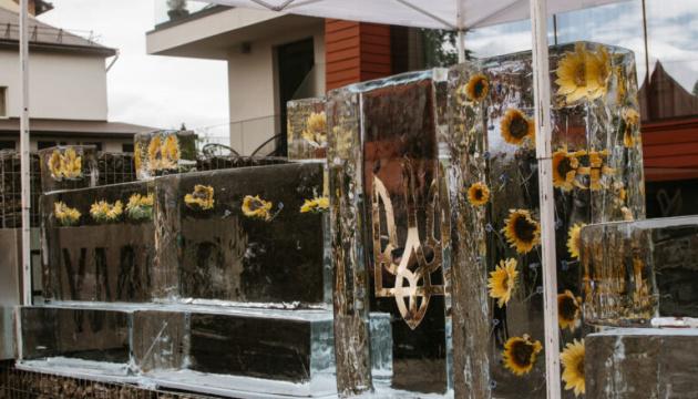 У Трускавці спорудили рекордну крижану барну стійку з символікою України