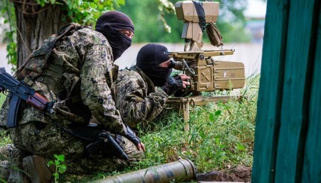 Besatzer bringen in besetzte Gebiete gepanzerte Fahrzeuge und Raketen- und Scharfschützensysteme - Aufklärung
