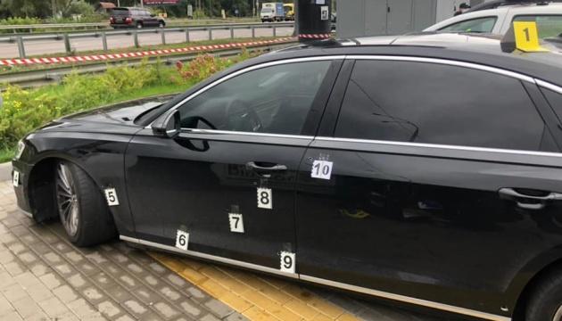 Загалом у автомобіль потрапило понад 10 куль...