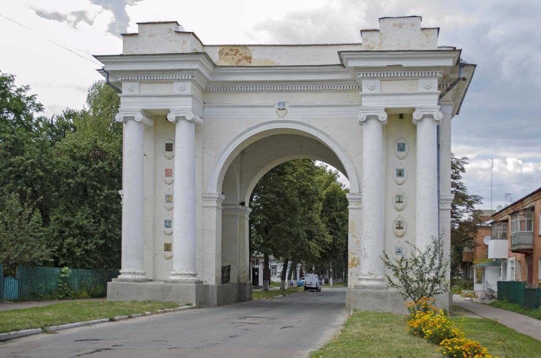Тріумфальна брама у Новгород-Сіверському з гербами городів, які увійшли до Новгород-Сіверського намісництва. Збудована у 1786 році