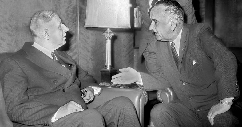 У березні 1966 року президент Франції Шарль де Голль (ліворуч) написав президенту США Ліндону Джонсону (праворуч) листа, в якому оголосив, що Франція вийде з єдиної структури військового командування НАТО, залишаючись при цьому членом Атлантичного альянсу