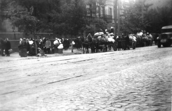 29 вересня 1941 року. Кияни ідуть в Бабин Яр. Німецький офіцер-автор фото підписав його: