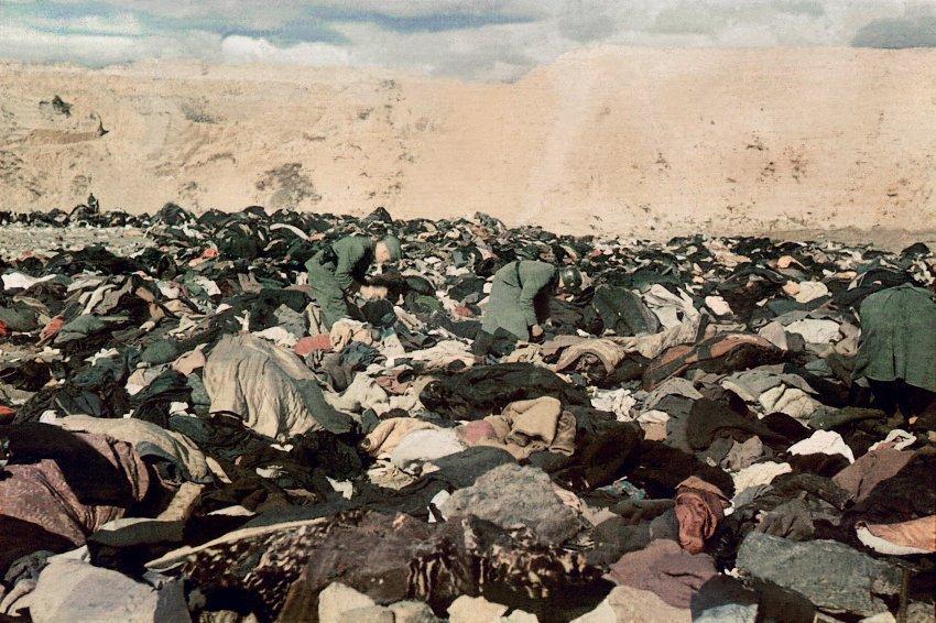 Нацисти нишпорять у речах розстріляних в урочищі Бабин Яр / Фото: Йоганн Хале (Johannes Hahle), фотограф 637-го німецького загону пропаганди 6-ої Армії
