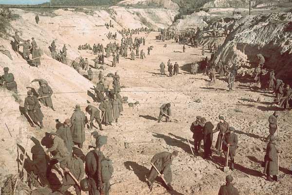 Військовополонені засипають землею ділянку Бабиного Яру, де лежать розстріляні євреї. / Фото: Йоганн Хале