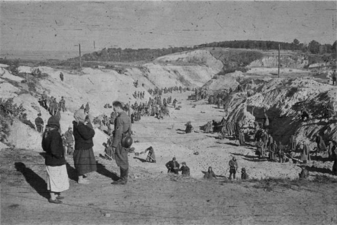 Військовополонені засипають землею ділянку Бабиного Яру, де лежать розстріляні євреї / Фото: Йоганнес Хелле, жовтень 1941 року